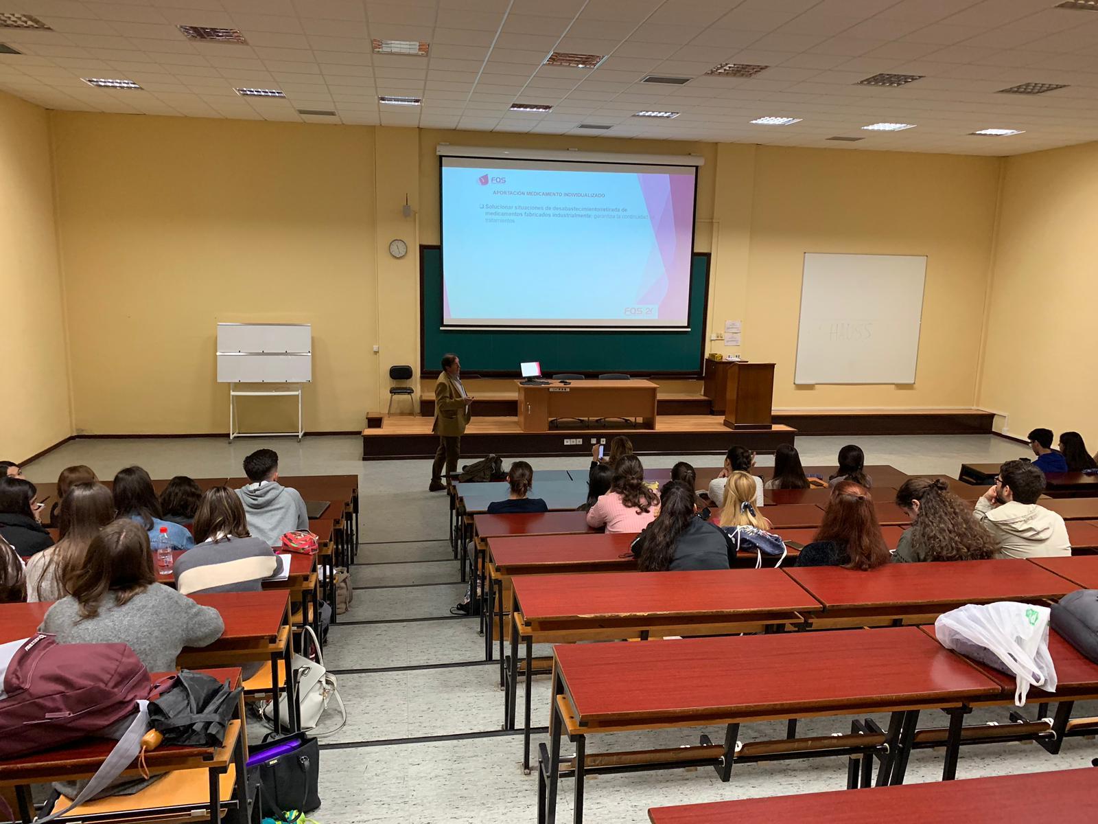 Juan José García imparte una clase en el Grado de Medicina de la Universidad de Málaga